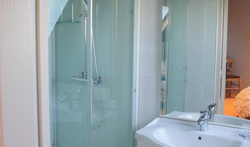 gite-les-mapellous-chambre-bleue-salle-de-bain-Dordogne