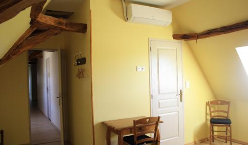 gite-les-mapellous-chambre-jaune-lit-Dordogne