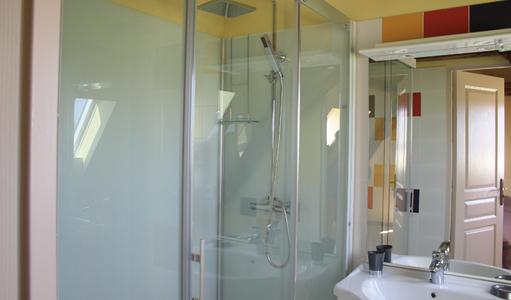 gite-les-mapellous-chambre-jaune-salle-de-bain-Dordogne