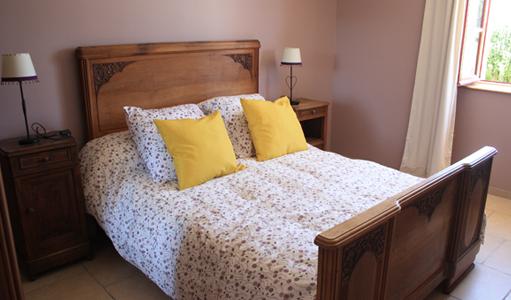 gite-les-mapellous-chambre-mauve-lit-Dordogne