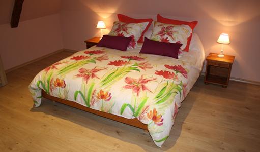 cottage-les-mapellous-bed-pink-Dordogne