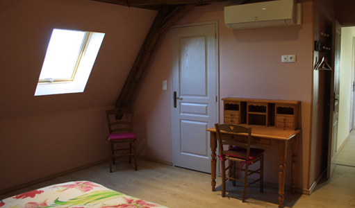 cottage-les-mapellous-desk-pink-Dordogne